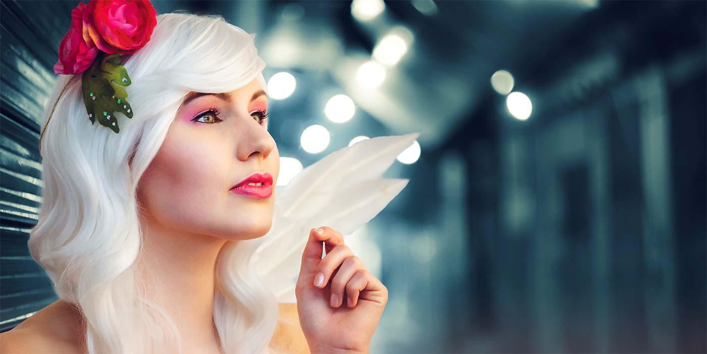 Девушка с белыми волосами красит волосы правильно и разбирается в палитре цветов красок.