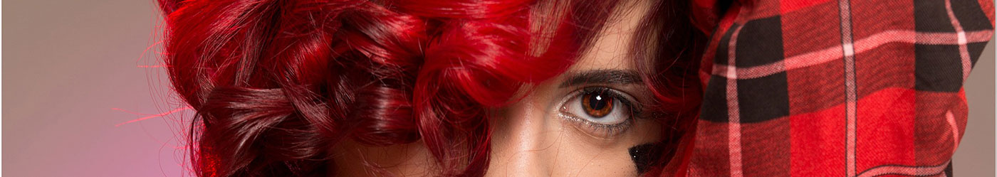 Девушка с красными волосами смотрит на нас и хочет ускорить рост волос.