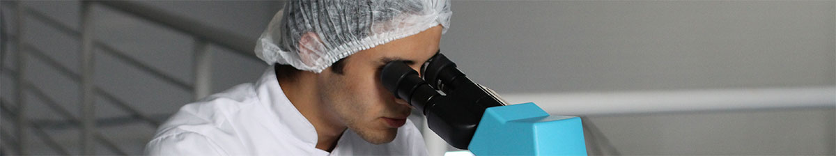 Врач возможно смотрит на шампунь без сульфатов в микроскоп.