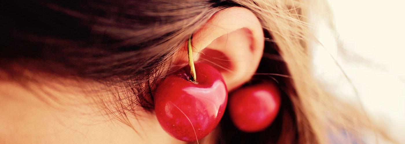 Настоящие витамины для волос у девушки на ухе.
